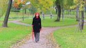 boina : woman with red umbrella looking for something.