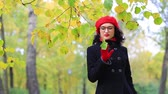 odráží : A beautiful woman walks and reflects in the autumn park Dostupné videozáznamy