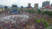 cultura thai : People celebrating water splashing festival (Songkran)