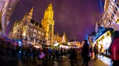 баварский : MUNICH, GERMANY - DECEMBER 15: Time-lapse view on people visit the traditional and famous Bavarian Christmas market on the Marienplatz on December 15, 2016 in Munich, Germany. Стоковые видеозаписи