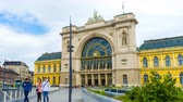 východní evropa : BUDAPEST, HUNGARY - JANUARY 17: Time-lapse view on the historic international Keleti train station as passengers pass by on January 16, 2017 in Budapest, Hungary.