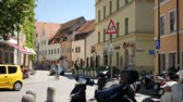 diariamente : INGOLSTADT, GERMANY - JUNE 5: View on daily life and historic architecture as People pass by in the center of the city on June 5, 2017 in Ingolstadt, Germany.