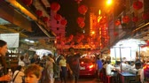 китайский квартал : BANGKOK - FEBRUARY 20: View on Pedestrians and Traffic as they pass by at night in the Chinatown quarter of the city on February 20, 2018 in Bangkok, Thailand.