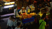 cena urbana : BANGKOK - FEBRUARY 19: A busy vendor preparing street food in the famous Khao San Road on February 19, 2018 in Bangkok, Thailand.