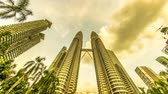 fountain : KUALA LUMPUR, MALAYSIA - FEBRUARY  28, 2018: Time-lapse view of the petronas towers during dusk on February 28, 2018 in Kuala Lumpur, Malaysia. Stock Footage