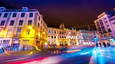 типичный : LISBOA, PORTUGAL - JANUAR 12: Time-lapse view of the illuminated buildings in the centre of the city as people and traffic pass by at night on January 12, 2018 in Lisboa, Portugal.
