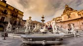palerme : PALERMO, ITALY - CIRCA JUNE 2018: Time-lapse view on The monumental Praetorian Fountain in the heart of the historic centre on Piazza Pretoria circa June 2018 in Palermo, Italy.