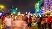 comunismo : HO CHI MINH CITY, VIETNAM - CIRCA FEBRUARY 2018: Time-lapse view on the Ho Chi Minh Square as people pass by at the fountain and the City Hall at night circa February 2018 in Ho Chi Minh City, Vietnam. Vídeos