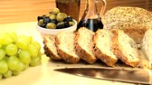 уксус : Healthy wholegrain bread freshly sliced & ready to eat withgrapes, olives & dipping oil Стоковые видеозаписи