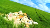 abandonar : Concept shot of discarded rubbish (trash) polluting a clean environmental field