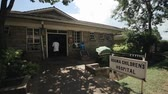 ficando : KENYA, KISUMU - MAY 20, 2017: Admission department in hospital. Emergency department in village in Africa. Obama childrens hospital Vídeos