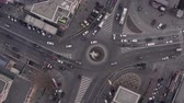 diretamente acima : Top down view of roundabout, late evening overhead aerial drone flight