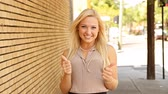 tampa : Happy young businesswoman outdoors with thumbs up gesture