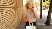 saco : Happy young shopping woman on mobile phone outdoors