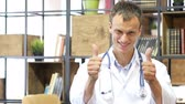 imunização : Young successful doctor showing thumbs up at office n hospital