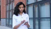 caminhada : Girl Text Messaging on Smartphone and Walking Outdoor Stock Footage