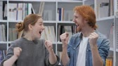 преуспевать : Young Man and Woman Reacting to Success, Camera View Стоковые видеозаписи