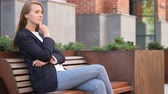 уверенный : Pensive Business Woman Thinking while Sitting Outside Office on Bench Стоковые видеозаписи