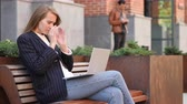 deprimovaný : Woman with Headache Using Laptop, Sitting Outside Office, Pain in Head