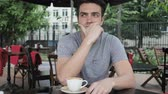 терраса : Thinking Pensive Young Man Sitting in Cafe Terrace Стоковые видеозаписи