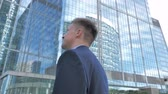 investidor : Pensive Businessman Outside Office