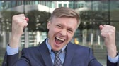 преуспевать : Businessman Celebrating Success Ouside Office