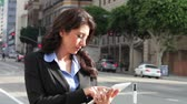 беспроводной : Businesswoman standing in street using a digital tablet.. Стоковые видеозаписи