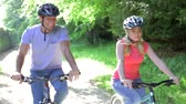 велосипед : Young Couple On Cycle Ride In Countryside Стоковые видеозаписи