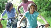 dráha : African American Family On Cycle Ride In Countryside