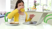 jedzenie : Hispanic Girl Using Laptop Eating Breakfast Wideo