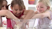 de mãos dadas : Three Little Girls Making Cake Together Stock Footage