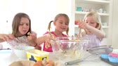 яйцо : Three Little Girls Making Cake Together Стоковые видеозаписи