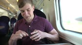 sáně : Young Man Listening To Music On Train Journey