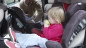 сиденья : Father Putting Children Into Car Seats Стоковые видеозаписи