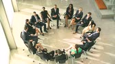aplauso : Meeting With Businesspeople Sitting In Circle On Chairs