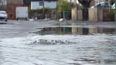 cuidado : Flood Water Escaping From Drain Cover In Slow Motion Vídeos