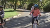 cyklus : Family On Cycle Ride In Countryside Dostupné videozáznamy