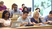 Studenten, die mit Laptops und digitalen Tabletten in Lecture Stock Footage
