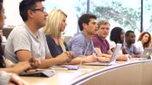 greis : Studenten, die mit Laptops und digitalen Tabletten in Lecture Stock Footage