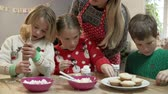 atlamacı : Mother And Children Decorating Christmas Cookies Together Stok Video