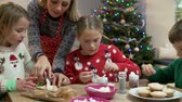 svetr : Mother And Children Decorating Christmas Cookies Together Dostupné videozáznamy