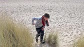 dzieci : Young Boy Running Through Sand Dunes