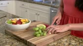jedzenie : Young Woman Preparing Bowl Of Fresh Fruit In Kitchen Wideo