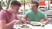 романтический : Male Couple Enjoying Lunch In Outdoor Restaurant Стоковые видеозаписи