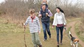 dzieci : Family On Countryside Walk With Dog