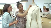 Öğrenciler : College Students Studying Fashion And Design Stok Video