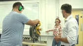 изучение : Student In Carpentry Class Using Circular Saw