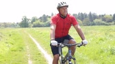 ciclista : Man On Mountain Bike Cycling Through Field