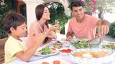 jedzenie : Hispanic Family Eating Meal At Home Together Wideo