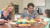 jedzenie : Family Enjoying Meal At Home Together